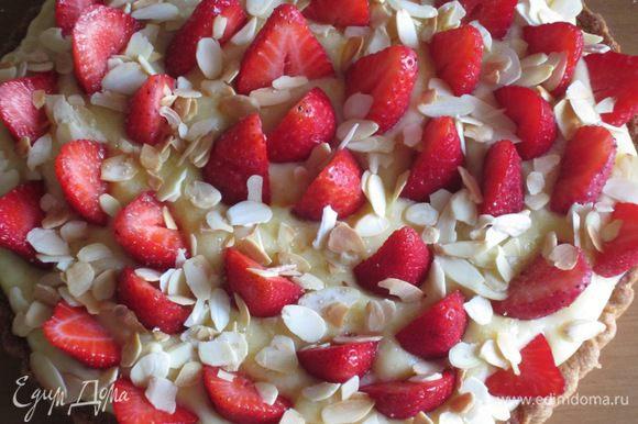 Выложить клубнику на крем, посыпать миндальными лепестками и сахаром. Поставить в холодильник на 2 часа. Приятного аппетита:))