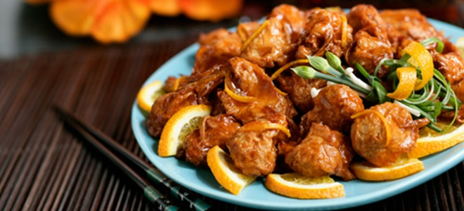 жареная курица с апельсинами на сковороде