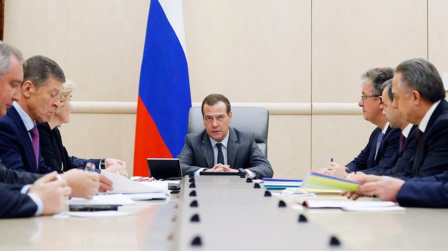 Медведев потребовал Рогозина наказать виновных в неудачном запуске с Восточного
