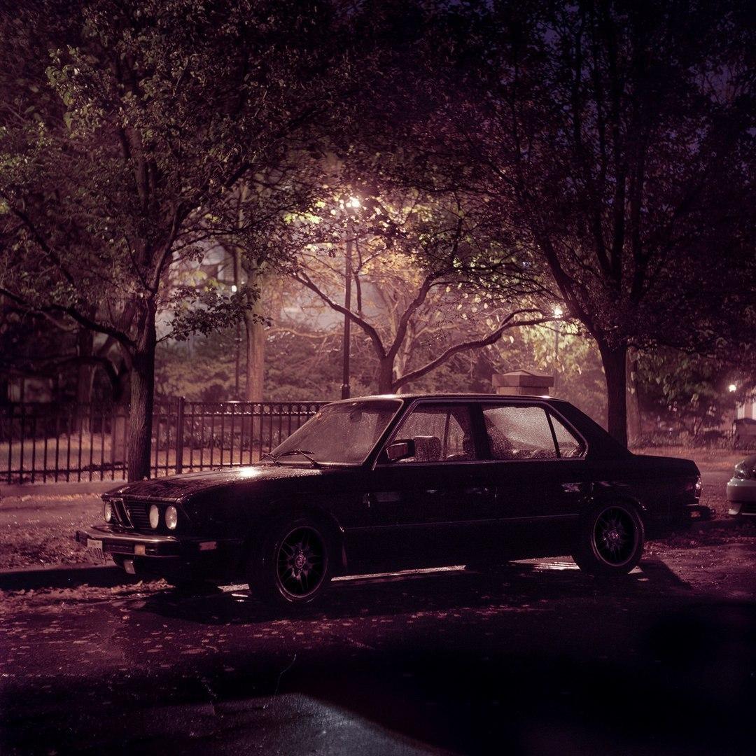 Автомобили на ночных улицах.