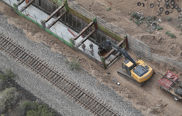 В США приступили к постройке образцов для стены на границе с Мексикой