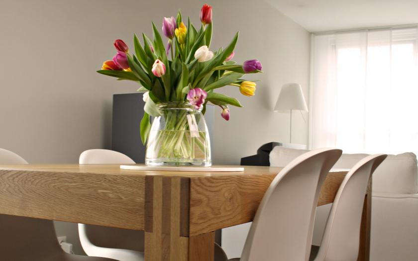 тюльпаны, ваза, стол