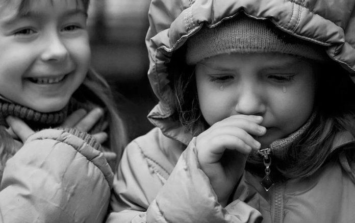 Жесткость мира! Дети дразнятся: «Ты из бедной семьи»