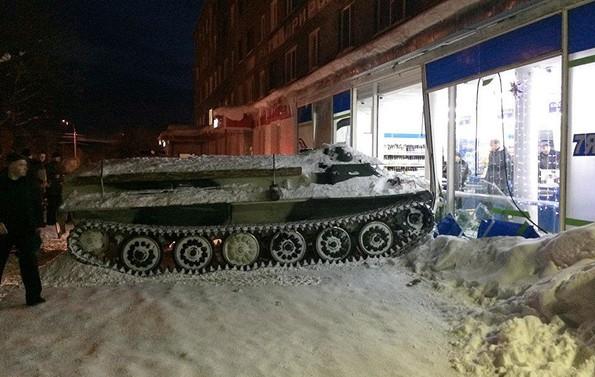 Авария по-русски: угнал бронемашину и поехал в магазин