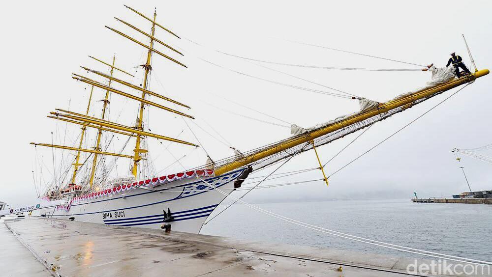 Индонезия получила парусный учебный корабль
