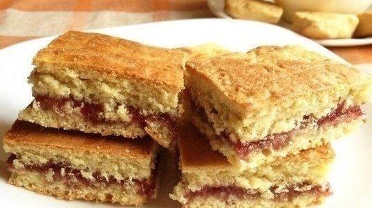 Простой пирог с вареньем на кефире