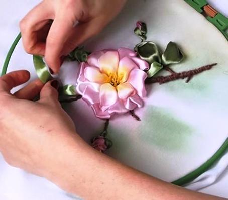 МК — как вышить лентами цветок шиповника