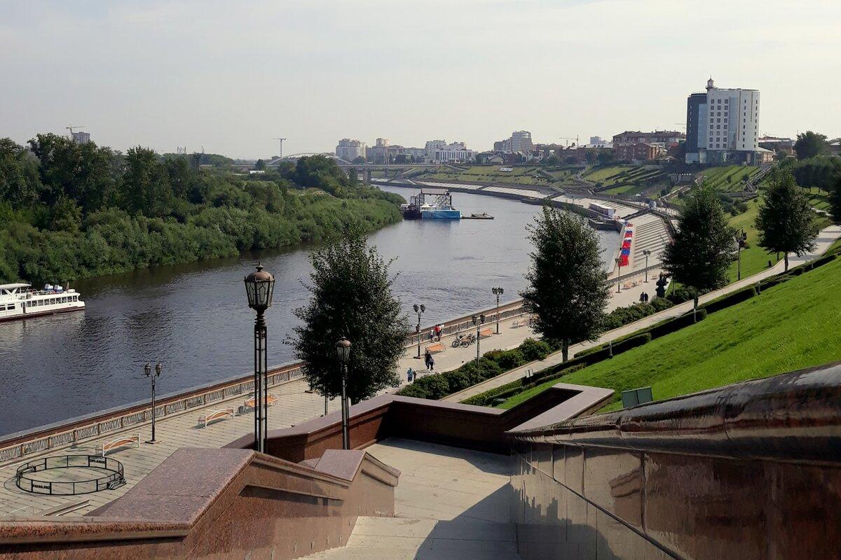 Набережная р. Туры, рядом с мостом влюбленных.
