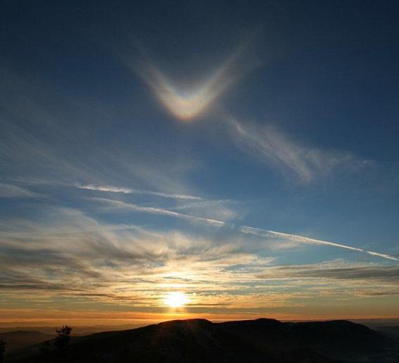 Удивительное световое явление в небе