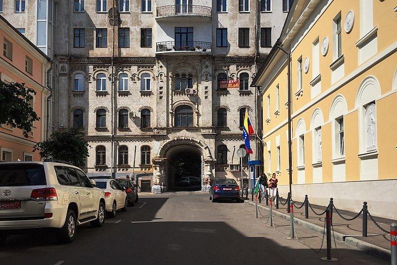 Мужчина забрался на крышу здания венесуэльского посольства в Москве