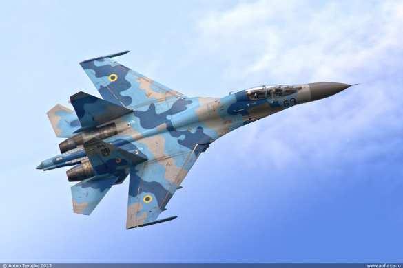 Пролетевший на сверхмалой высоте украинский Су-27 напугал людей на аэродроме (ВИДЕО)