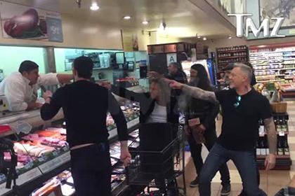 Metallica исполнила свой хит в продуктовом магазине