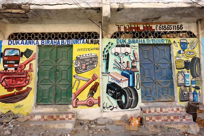 В Сомали фасады магазинов раскрашивают так, чтобы неграмотные жители легко могли понять, что там продают Сомали, Длиннопост, Стрит-Арт, Художник