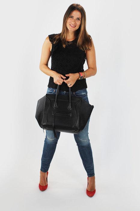 На следующий день Томас подобрал для супруги черный кружевной топ, синие узкие джинсы, черную сумку Celine и туфли алого цвета на каблуках.