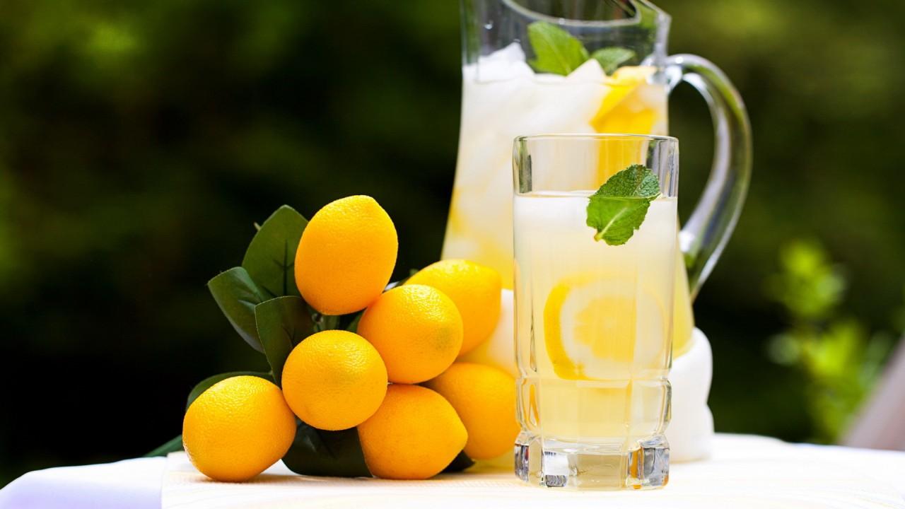 Лимонный заряд бодрости: зачем пить воду с лимоном натощак