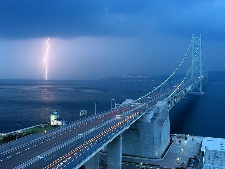 Люди одиноки, потому что они строят стены, а не мосты! А мы — строим мост!