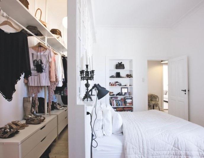 Маленькая гардеробная в спальной комнате.