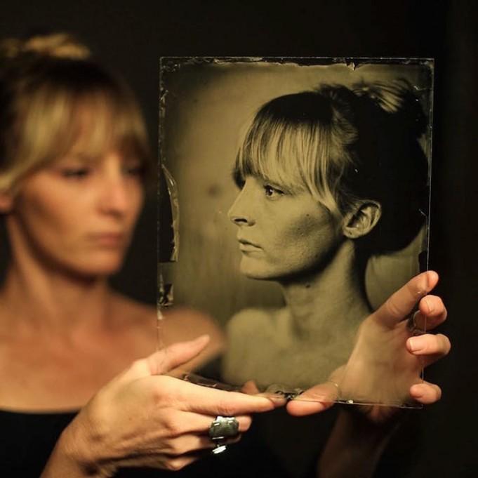 Фотограф снимает красивые портреты камерой старше 160 лет