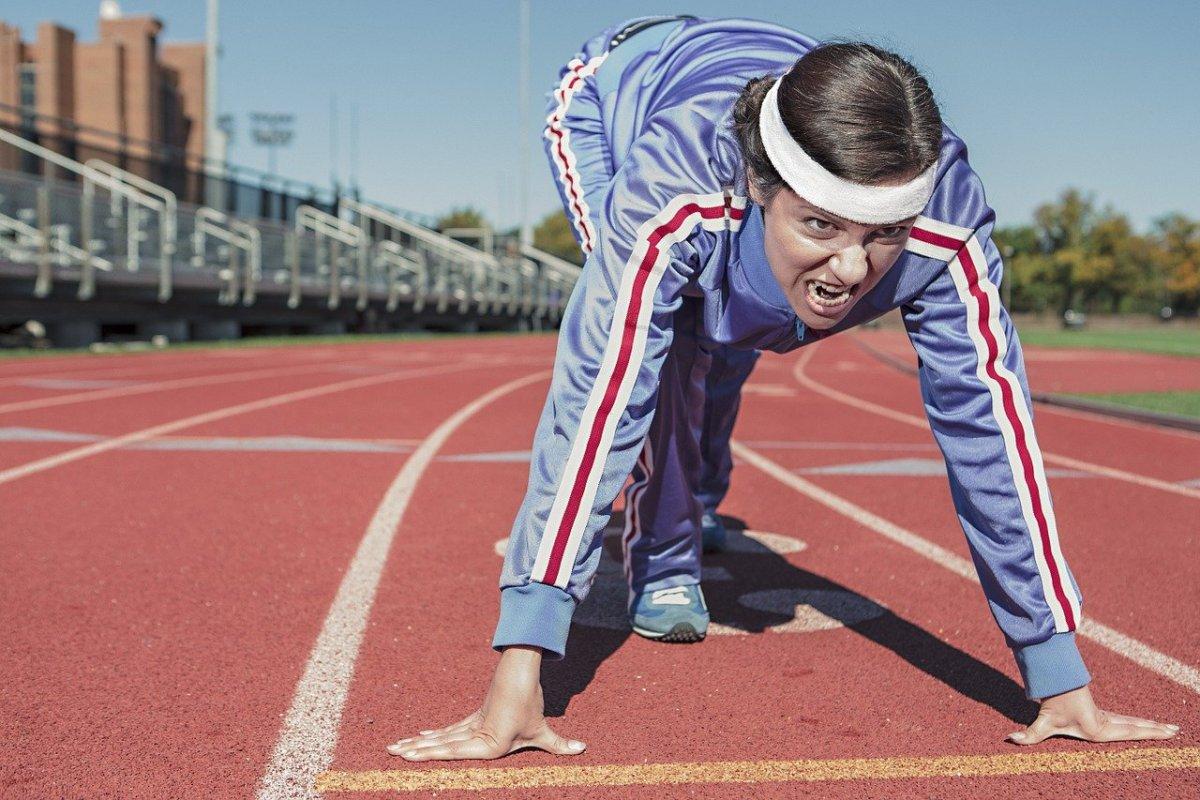 Женщина спортсмен на старте