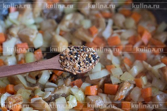 Добавить к овощам и грибам смесь кунжута и васаби. Если такой специи у вас нет, то ничего не добавляйте.