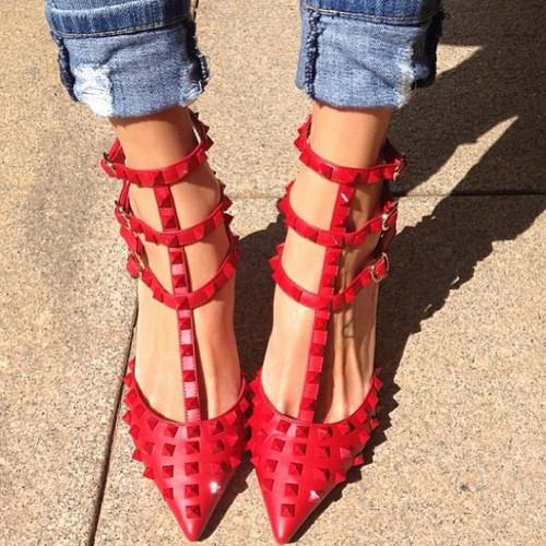Уличный стиль — модницы в алых туфлях