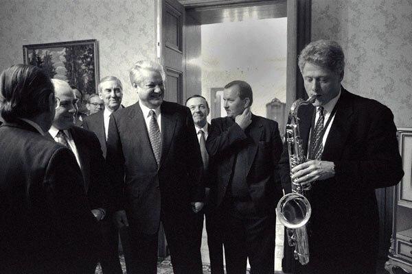 Ельцин и Черномырдин слушают игру Клинтона на саксофоне. 1994 год.
