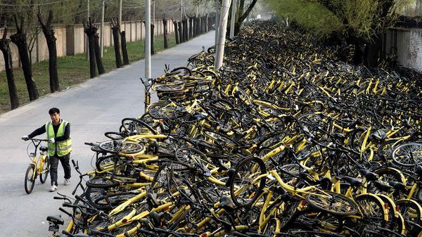 Свалка сломанных велосипедов из пекинского проката