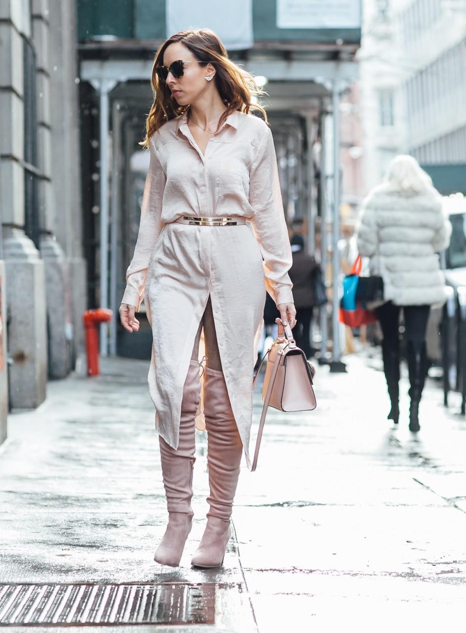 Девушка в платье-рубашке и ботфортах