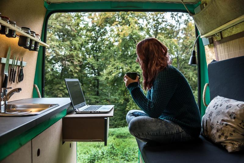 Фотограф сделал из 16-летнего фургона уютный и комфортный дом на колесах