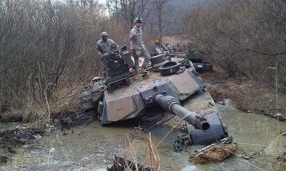 """""""Супермены"""" НАТО массово калечатся на границах России"""