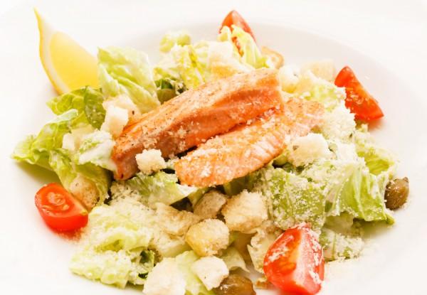 Салат Цезарь с запеченным лососем
