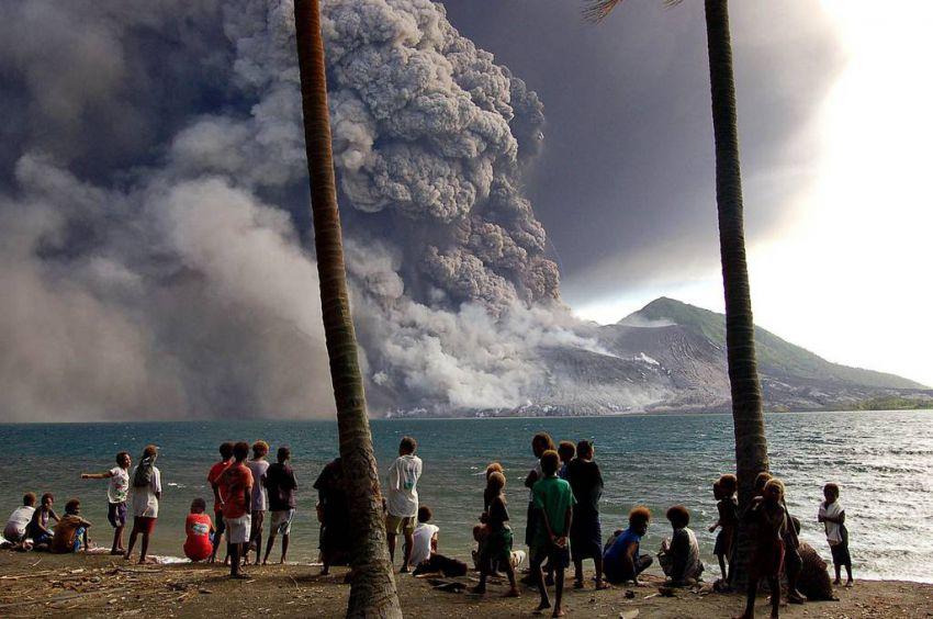 Началось извержение двух крупных вулканов исландия, Папуа - Новая Гвинея, вулкан, извержение