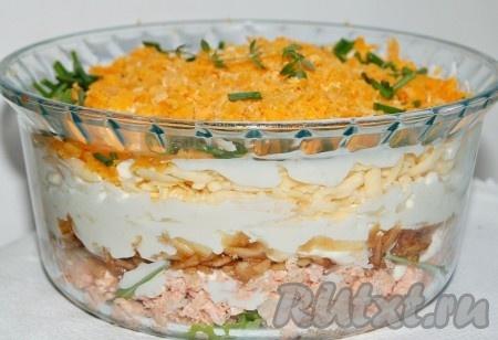 Дать министерскому салату пропитаться, для этого поставить его на 30 минут в прохладное место. И обязательно накрыть крышкой или пленкой, чтобы желток не засох. Наш министерский салат готов.