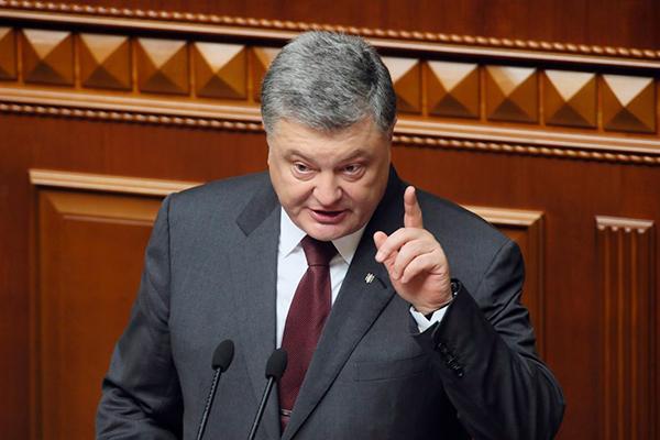 Порошенко решил запретить флаг России во всем мире