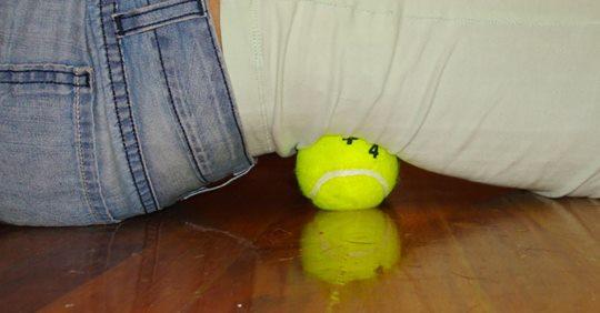 Узнайте, как использовать теннисный мяч для облегчения боле седалищного нерва и боли в спине