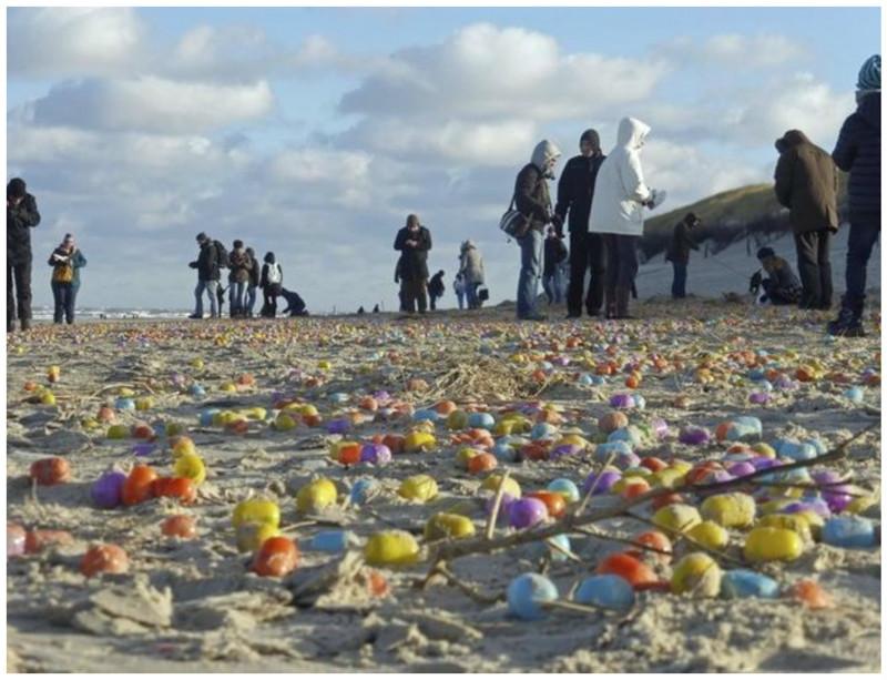 Побережье острова Лангеоог засыпало пластиковыми яйцами