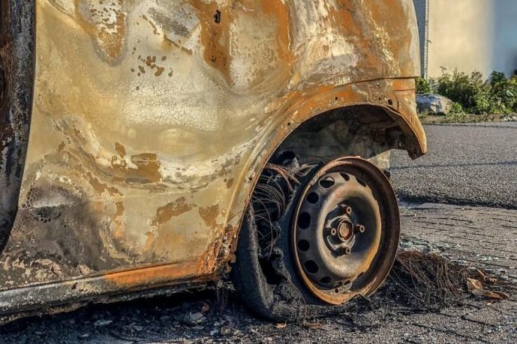 Житель Евпатории поджёг маши…