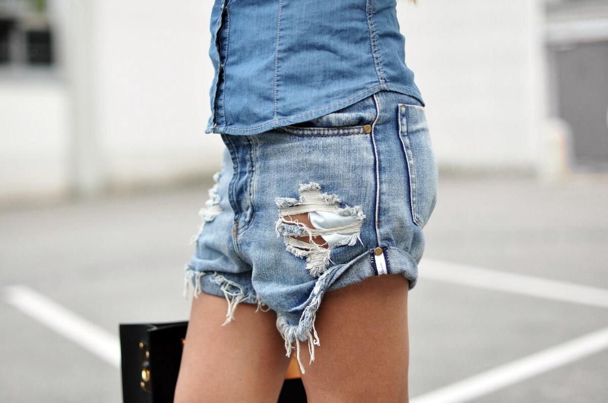 Рваные джинсовые шорты на девушке. /Фото: fashion-landscape.com