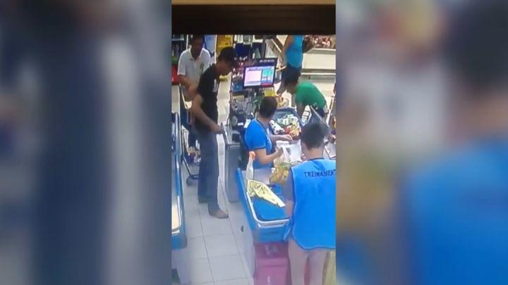 Грабитель-неудачник попытался ограбить магазин на глазах у полицейского в штатском