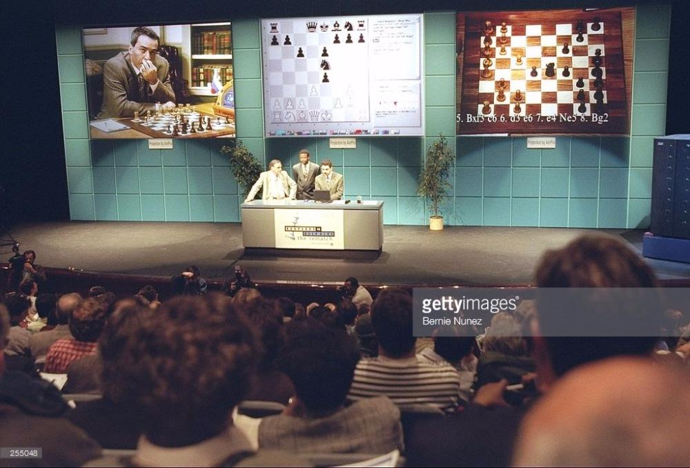 Гарри Каспаров играет против компьютера IBM Deep Blue.