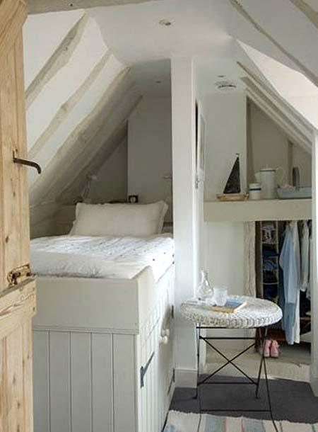 спальня в мансарде на даче