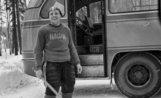 Капитан хоккейной команды космонавтов «Наши» Юрий Гагарин. 1963 год.