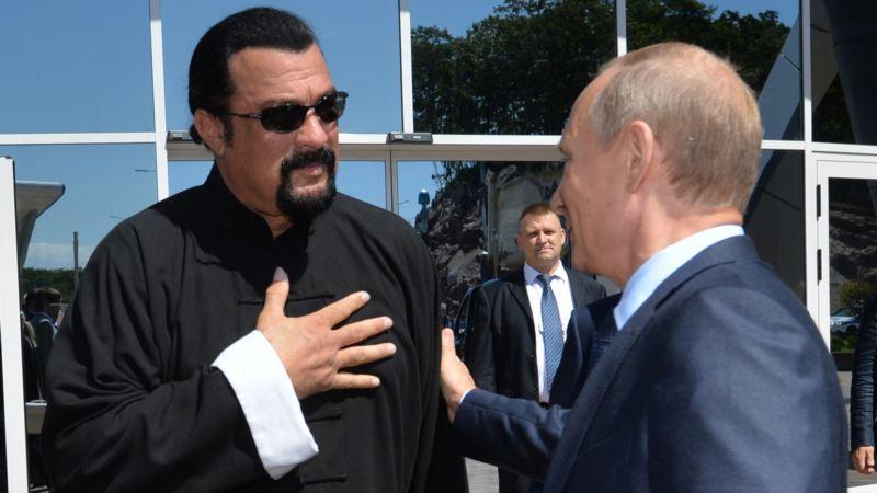 Путин лично вручил Стивену Сигалу российский паспорт