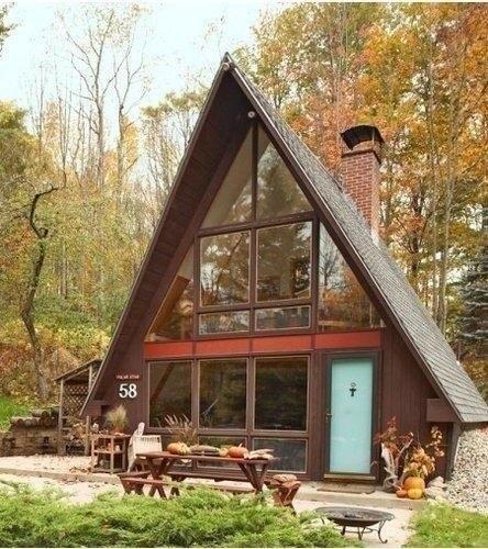 Уютный маленький домик с двускатной крышей