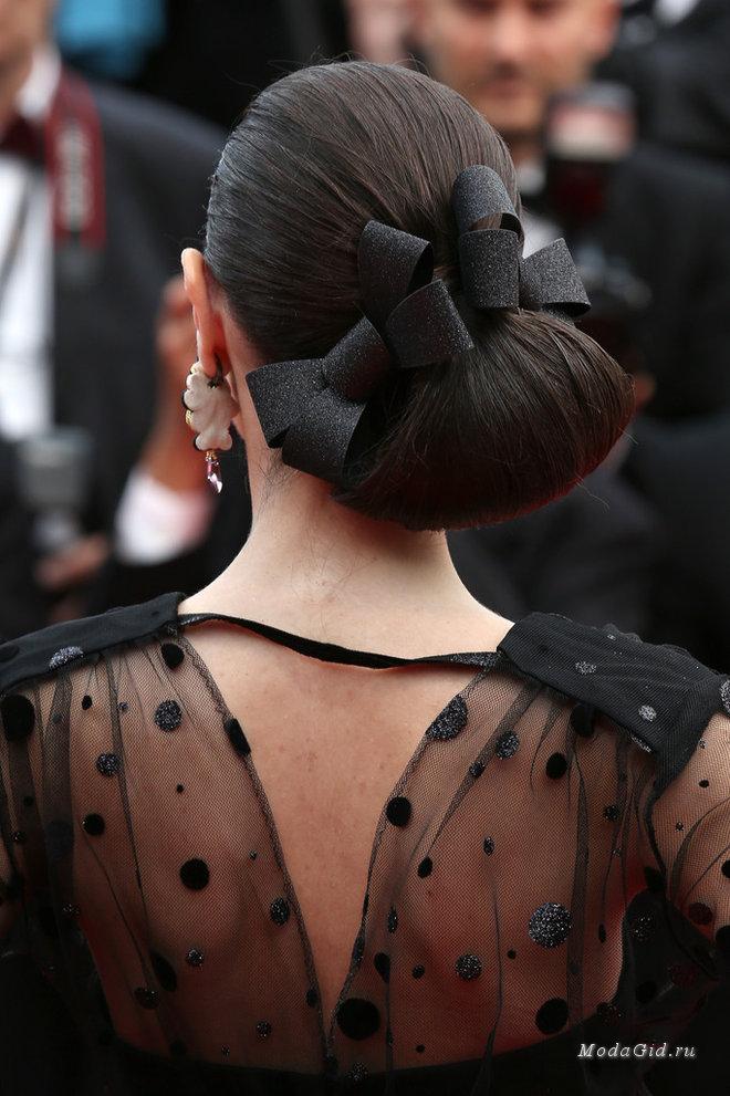Прически на Новый год для средних волос: локоны на один бок, пучки и шиньоны