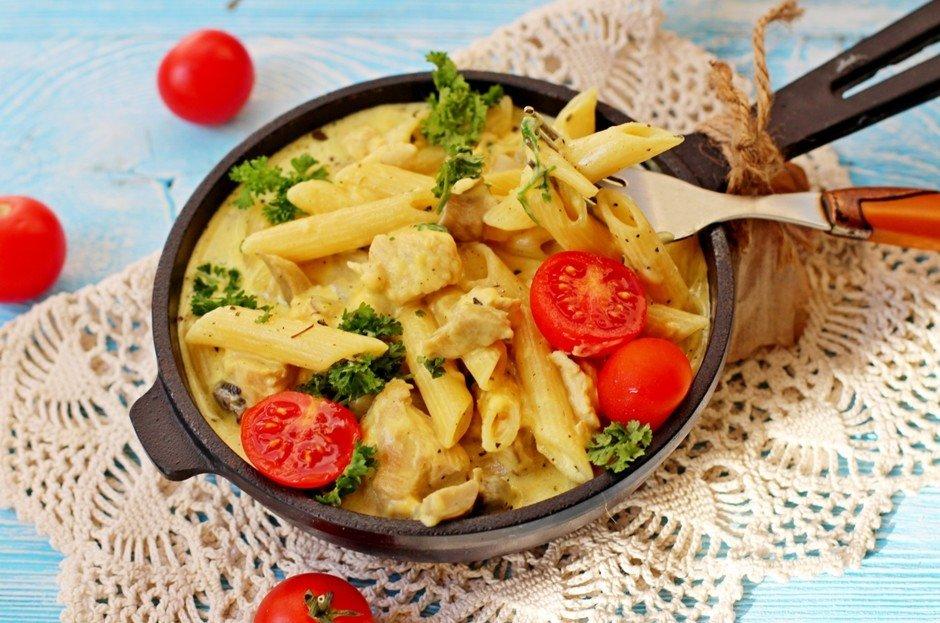 Паста с курицей и грибами под сырным соусом