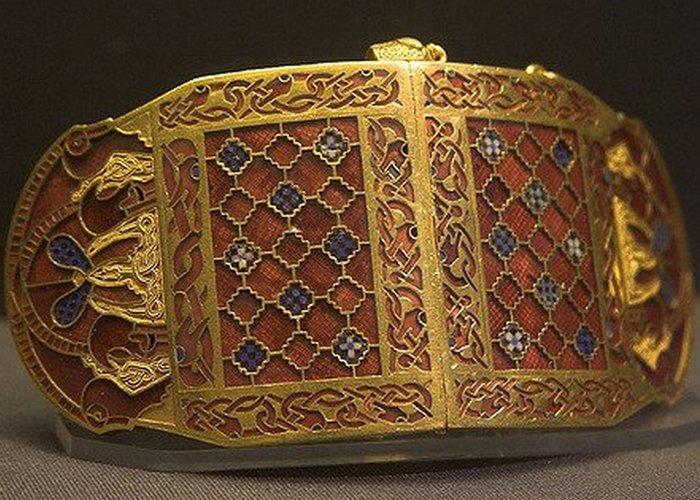 Застежки наплечников из Саттон-Ху, Британский музей.