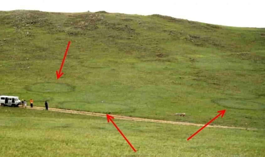 Ведьмины круги На байкальском острове Ольхона переодически возникают ровные, будто вымеренные циркулем круги травы. Никакого объяснения явлению пока нет, разве что уфологи полагают (как всегда), что летом именно сюда слетаются инопланетяне.