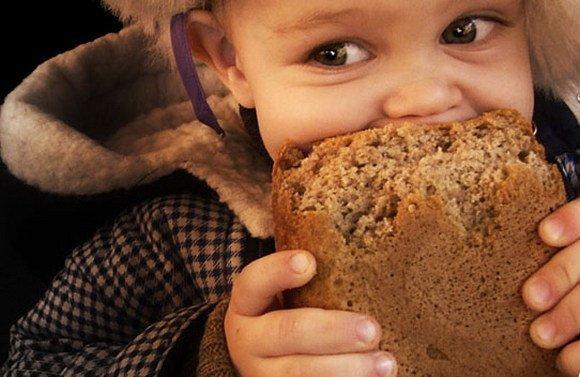 В киевских маркетах дети просят купить вместо конфет хлеб и белое маслице