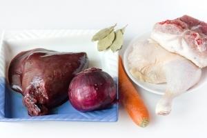 Для приготовления паштета нам понадобится свиная печень, куриный окорочок, свежее сало с хорошей мясной прослойкой, большая морковь, фиолетовый лук, лавровый лист, соль, чёрный молотый перец.  Дополнительно нам понадобится узкая прямоугольная форма («кирпичик») для запекания паштета и пергамент для выпечки.